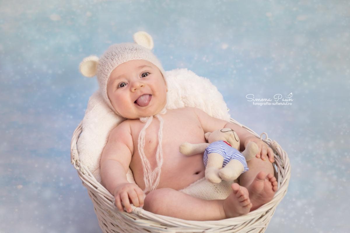 Sesiune foto de nou-nascut
